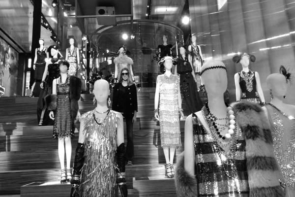 """Bianca Klamt brinca entre os manequins que razem os figurinos do filme """"The Great Gatsby"""", em exposição na Prada de NY."""