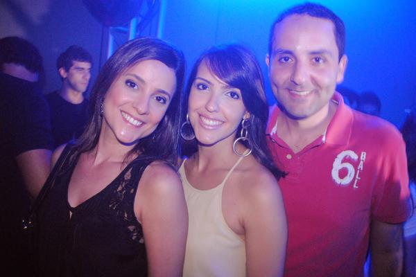 Raíssa Murad (na foto, com o irmão Eric e a namorada, Letícia Lauande), a grande anfitriã desta quinta / Foto: Carlos Brasileiro.