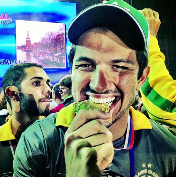 Rômulo (contratado da TV Record) faz graça com a medalha que conquistou no Campeonato Mundial de Futebol dos Artistas (Foto: Instagram)