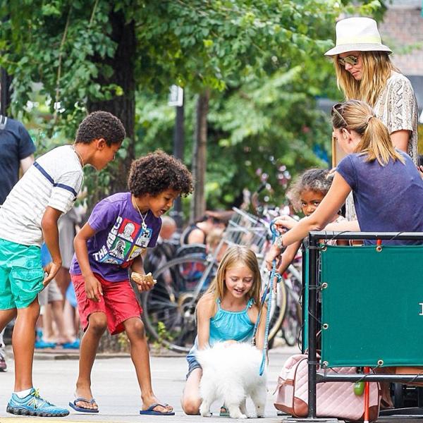 Os filhos de Heid Klum brincam com o cãozinho de Bianca Klamt sob o olhar atento da mãe famosa.
