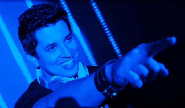 DJ Macau, que acaba de retornar do México - em turnê com a Altar - direto para a pista da The Best House. Foto: Reprodução