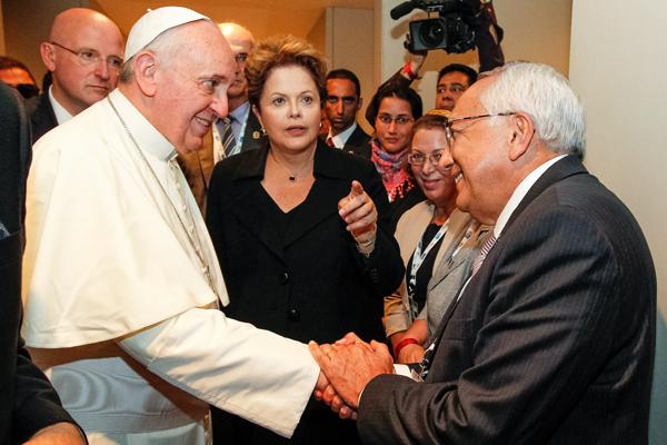 O encontro do papa Francisco e o min. Gastão Viera sob o olhar atento da presidente Dilma.