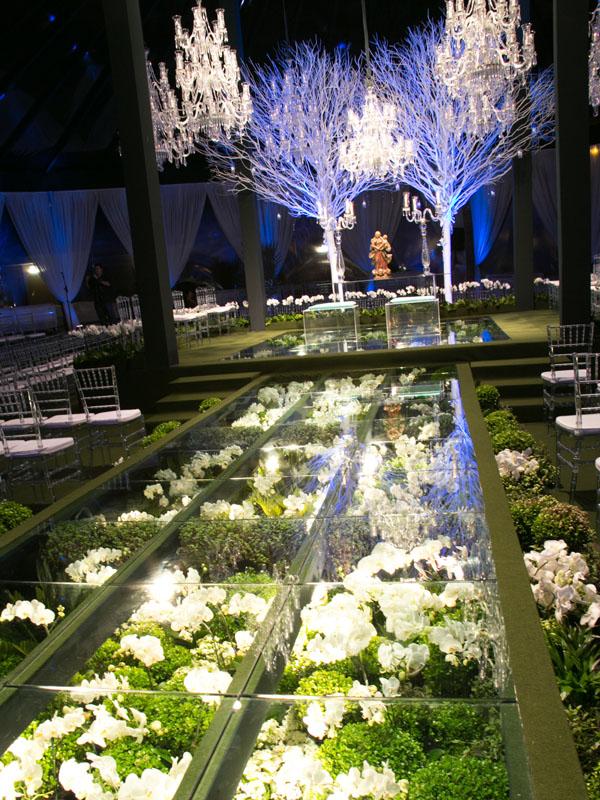 O caminho de flores por onde o cortejo desfilhou, com o local da cerimônia religiosa ao fundo.