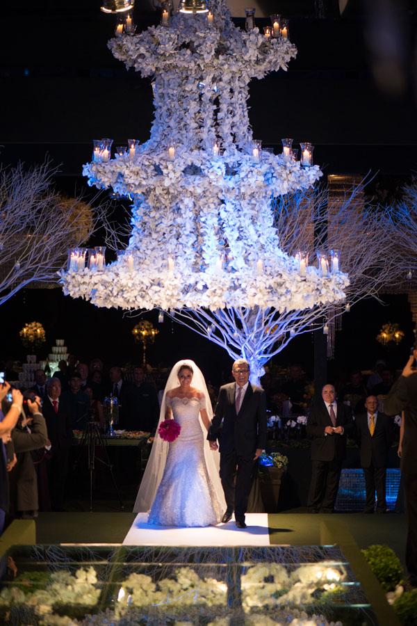 A noiva - que usava uma produção assinada por Samuel Cirnansck e tiara usada, pela primeira vez, por sua avó, D. Marly Sarney - conduzida ao altar por seu pai, Fernando.