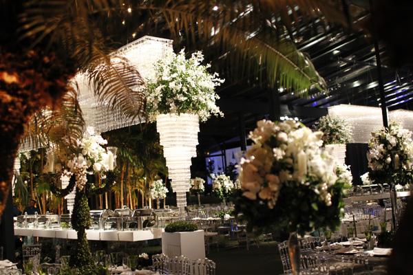 Logo ao lado da cerimônia, uma bela festa aguardava os convidados, como você confere no detalhe acima.