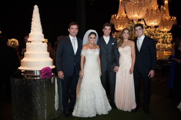 Os noivos, novamente, com os pais dele, Fernando e Cínthya Nogueira Santos, e o irmão Victor.