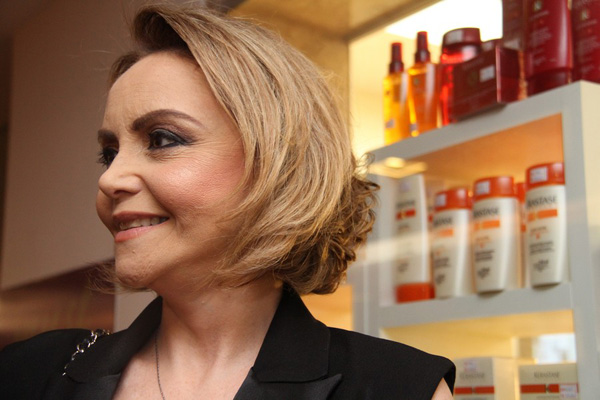 Elizabeth Gaspar e seu moderno corte de cabelo by Must.
