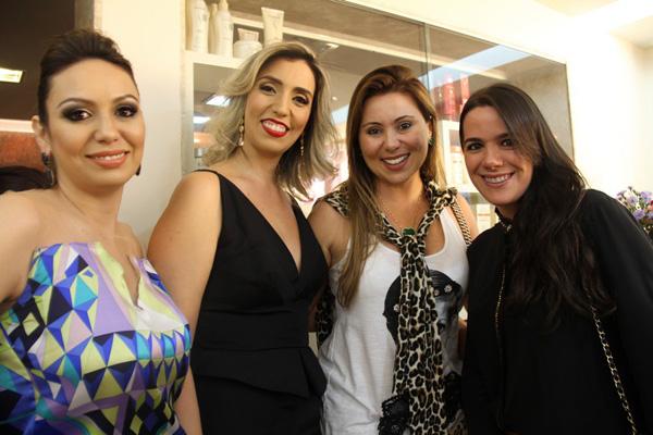 Marina Gaspar e Daniela Helluy receberam amigas como Manu Schiavotelo Mendonça e Patrícia Regadas, no novo salão Must.