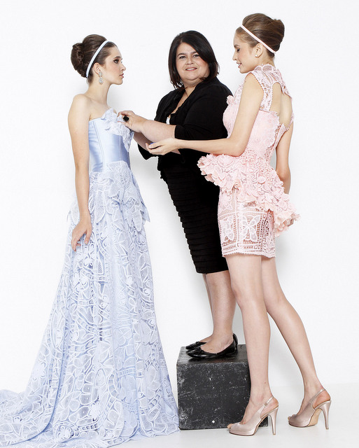 Martha Medeiros, ao lado de duas modelos usando seus famosos vestidos de festa feito a renda. (Divulgação)