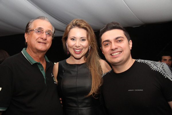 Manu entre o esposo, Altevir Mendonça, e o primo, Saulo Schiavotelo.