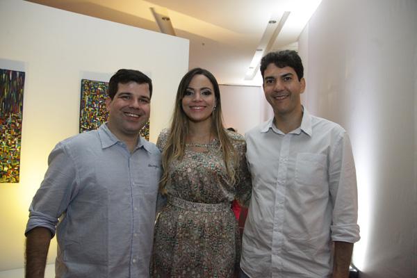 Flávio Assub e os amigos Graziela e o dep. Eduardo Braide. O casal foi dos tantos que foram prestigiar a exposição do artista plástico. (Foto: De Jesus)