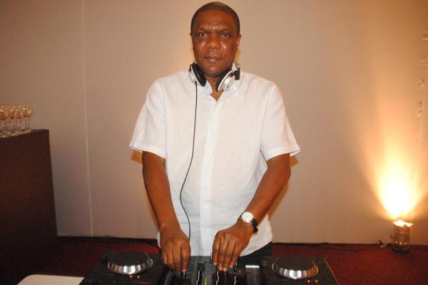 O jornalista e DJ Pedro Sobrinho, que comandou a trilha da vernissage. (Fotos: Carlos Brasileiro)