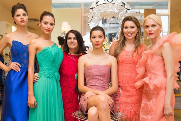 A estilista Martha Medeiros e Manu Schiavotelo Mendonça entre modelos, no brunch da Elle Jolie. (Fotos: Daniele Vieira)