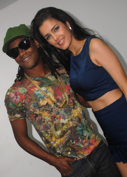 Antes de subir ao palco, Toni Garrido trocou figurinhas com a cantora Anny Rosa, que veio especialmente para participar do show e prossegue em São Luís por esta semana.