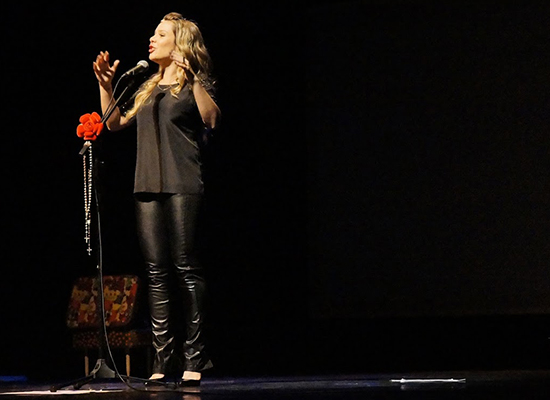 """Fernanda Souza no palco em """"Meu passado Não me condena"""" (Foto: reprodução)"""