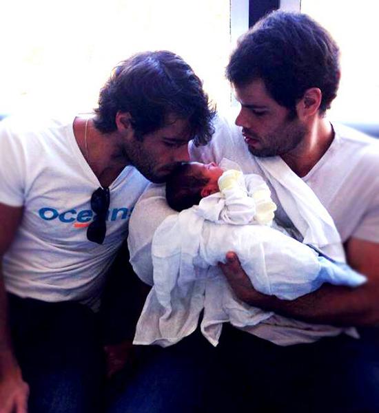 Bento, que acaba de chegar ao mundo, no colo do pai, Marcus, ao lado do irmão gêmeo, Gabriel Sarney (Foto: facebook).