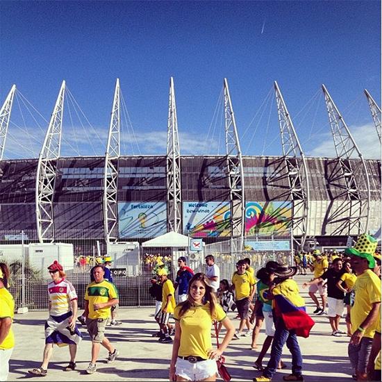 Ana Paula Braga em frente à Arena Castelão, palco da vitória do Brasil sobre a Colômbia, na quartas de final da Copa. (Foto: Instagram)