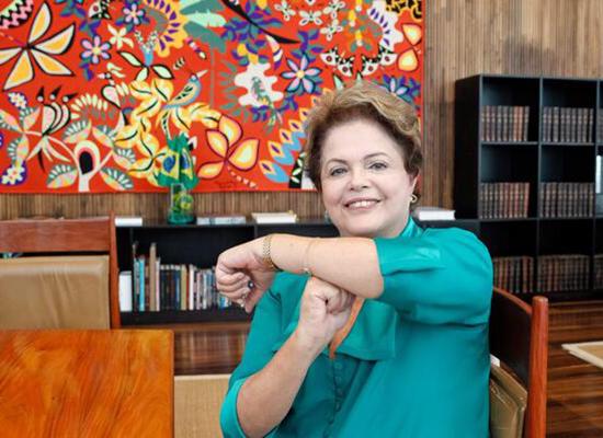 "Presidente Dilma adere ao gesto 'É tóis"", em apoio a Neymar Jr (Foto: Facebook Palácio do Planalto)"