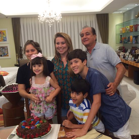 Manu e Altevir Mendonça entre os filhos Giovanna, Gabriel, Rafael e Valentina (Foto: Oton Lima)