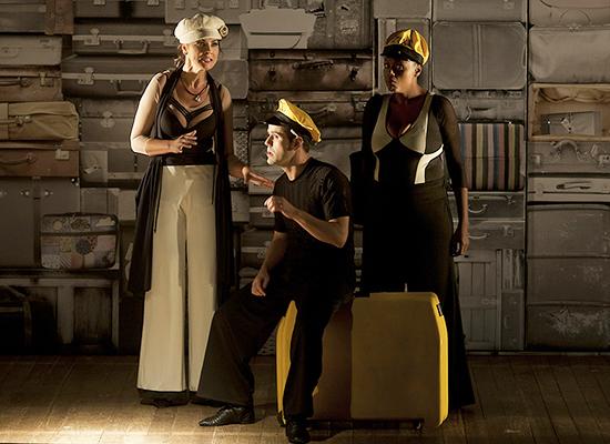 Surama de Castro, Wagner Trindade e Carla Regina Cardoso em cena (Foto: Divulgação)