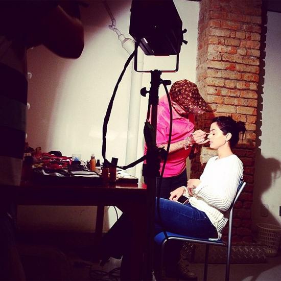 Edílson Ferreira realçando a beleza de Carol Castro, em foto publicada no Instagram da atriz. (Reprodução)