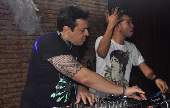 Jean Lacer e Marcio Akimoto, do duo Press Kit, na passagem pela Pink Elephant São Luís (Foto: Assessoria)