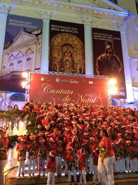 Diante das escadarias da Igreja da Sé, no Centro Histórico de São Luís, um dos corais infantis que se apresentaram na Cantata Natalina de 2013 (Foto/Reprodução: site PDF - Programa de Desenvolvimento de Fornecedores do Maranhão)