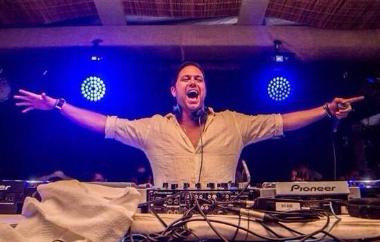 Diego Moura durante apresentação no réveillon do Cafe De La Musique de Trancoso, Bahia. (Foto: Facebook)