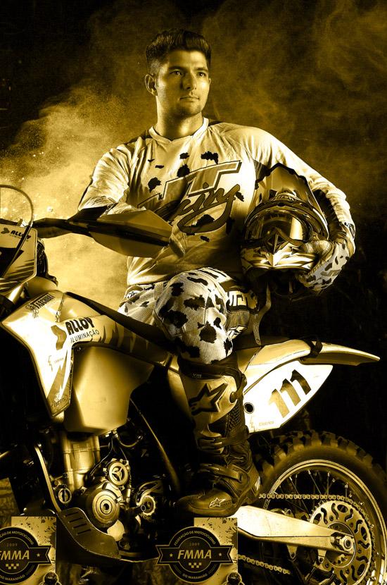 José Gonçalves, competidor na categoria motociclismo, também integra a exposião 10 anos Troféu Mirante Esporte (Foto: Ayrton Valle)