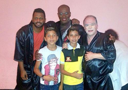 Charles Junior, Adeílson Santos e Cesar Boaes, do elenco de Pão Com Ovo, com a dupla mirim Victor Marinho e Bruno Reis (Foto: Acervo Pessoal)