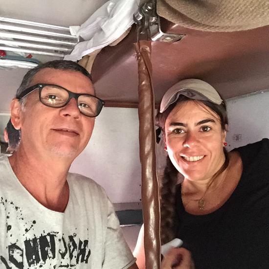 Nelson Piquet e Ericka Braga, em registro recente na Índia, um dos países visitados pelo ex-casal, que testemunharam o terremoto que devastou o Nepal (Foto: Instagram)