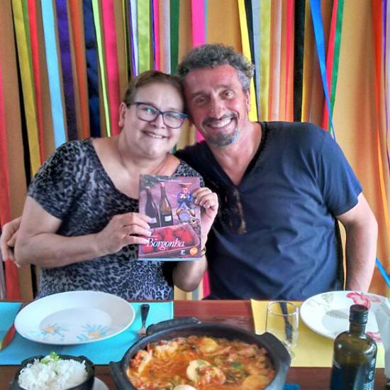 """Ana Lula recebe o chef Emmanuel Bassoleiil em seu """"Casa de Juja"""", onde a famosa banqueteira serviu algumas de suas especialidades e foi presenteada com o livro """"Os Sabores da Borgonha"""", de autoria desse francês radicado no Brasil há quase 30 anos (Foto/Reprodução: Facebook)"""