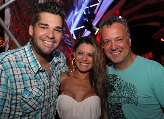 """Eliás """"Teté"""" Vieira com o casal Ketryn Goetten e Rodrigo Vieira, que estarão de volta a São Luís na sexta (29), quando ele se apresenta como atração principal da balada Top Secret 9Foto/Reprodução: Danielle Vieira)"""
