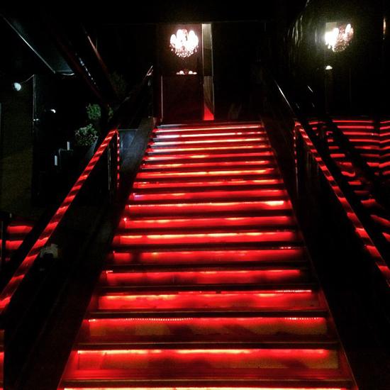 A emblemática escadaria da 2nd Floor reacende suas luzes nesta sexta, 26/06 (Foto/Reprodução: Facebook)