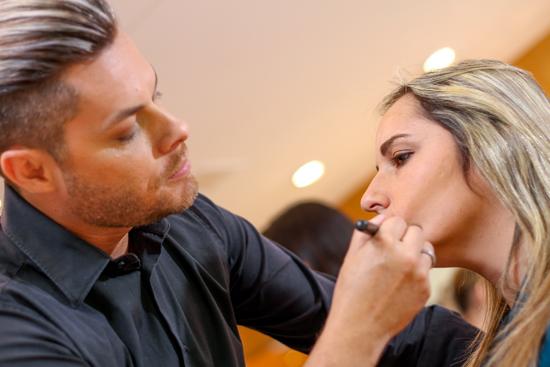 Dennis Proença, maquiador oficial da Dermage, ministra curso na Clínica Hosana Reis (Foto/Reprodução: Assessoria)