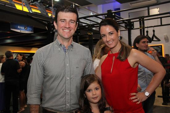 Luís Gustavo e Vanessa Oliveira, acompanhados da filha. Vanessa está com um espaço da Track&Field no mall da nova Personal Group.