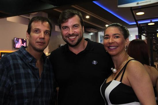 Rodolfo Almeida, um dos sócios da academia, entre o casal Glauco e Raphaela Salgueiro.