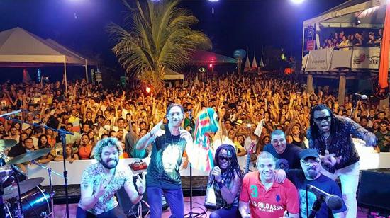 Cidade Negra com o público que lotou o Luau da Toca do Trovão em passagem  recente do grupo por São Luís (Foto/Divulgação: Assessoria)