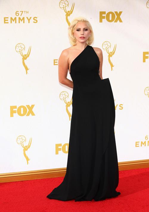 Lady Gaga em sua mais recente aparição, no Emmys Awards 2015, domingo (20/09). Foto/Reprodução
