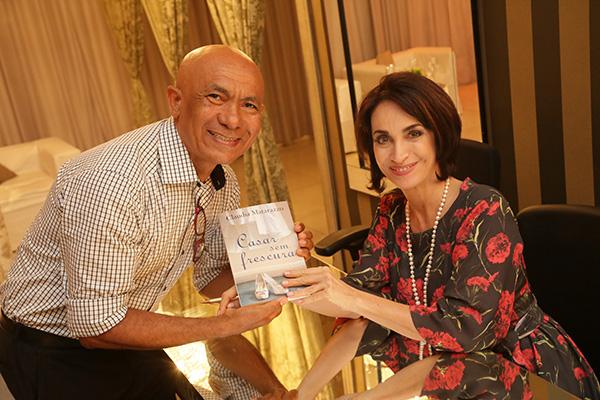 Claudia Matarazzo, durante evento em São Luís, autografando livro para o fotógrafo Ribamar Pinheiro (Foto: Marcela Simplício)