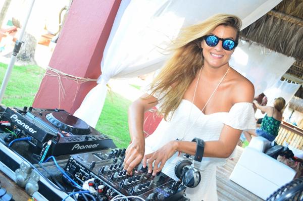 DJ Miss Cady, uma das atrações do Cafe de La Musique (Foto/Reprodução: Como Comunicação Integrada)