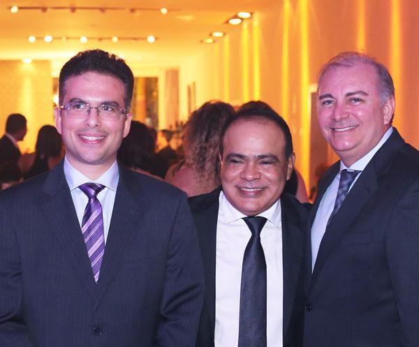 Nedilson Machado, aniversariante do próximo fim de semana; na foto, entre Daniel Blume  e o desembargador Fróz Sobrinho (Foto: Eduardo Brandão)