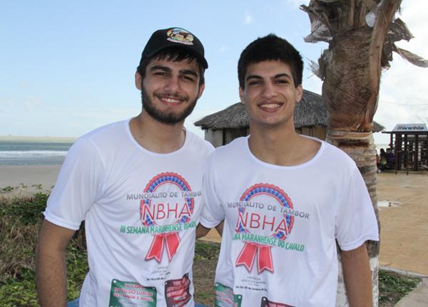 Os irmãos Lucas e Hugo Goulart Almeida , durante a III Cavalgada da Litorânea, na praia de São Marcos, no último fim de semana (Foto/Divulgação: Marcela Simplício)