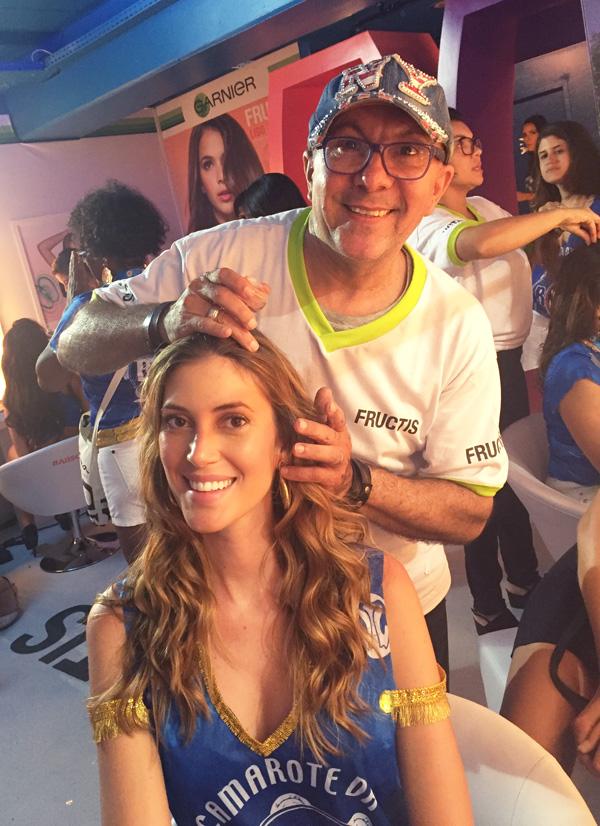 Edílson Ferreira, que comandou o espaço de beleza da Garnier dentro do Camarote da Boa, retocando a beleza da modelo Bianca Klamt (Foto: Oton Lima)