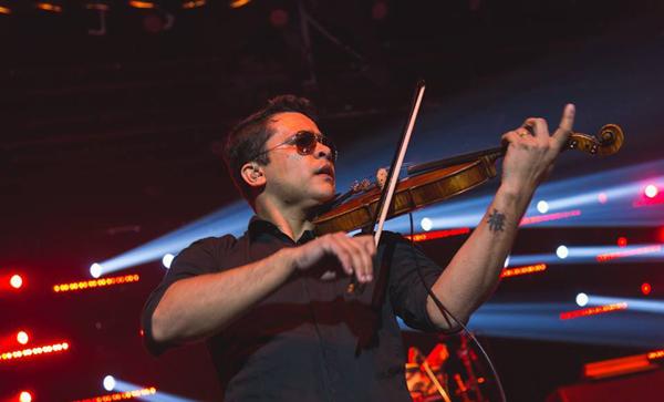 """O violonista e Dj Junior Mouirz é atração da festa """"Radio Pocket Show"""" (Foto/Reprodução: Willian Alves)"""