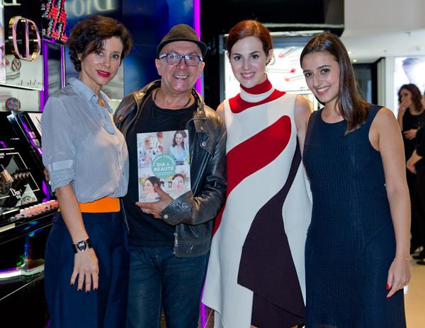 Durante noite de autógrafos recentemente no Rio, Vic Ceridono (ao centro) com Priscila Monteiro (RP da Dior no Brasil), o maquiador maranhense Edílson Ferreira e Carol Najm (Foto/Reprodução do site de Vogue: Mariana Vianna)