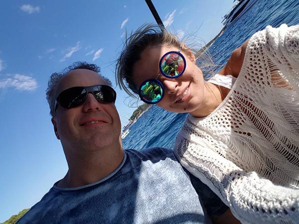 DJ Rodrigo Vieira e a esposa Ketryn Goetten, com o Mar Adriático ao fundo, em Hvar, Croácia (Foto: Facebook)
