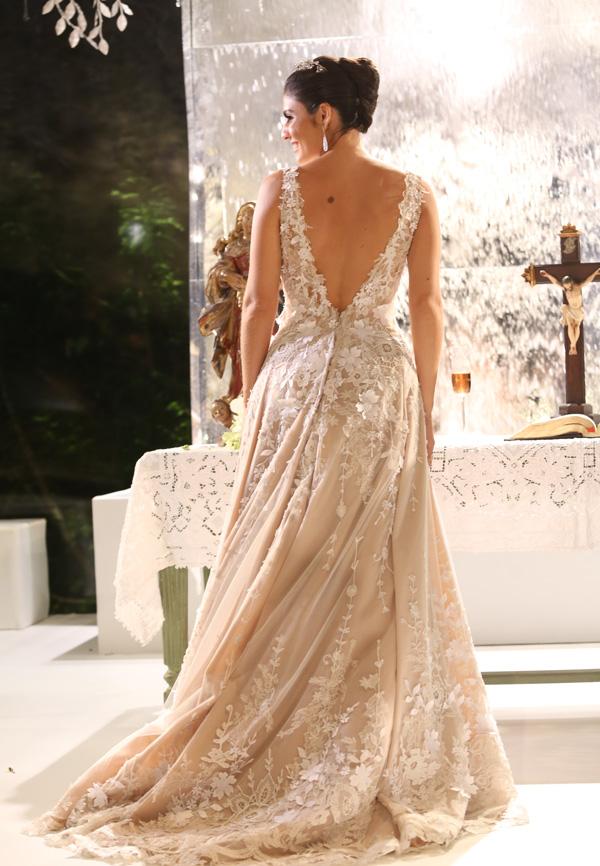 Detalhe das costas do vestido de Ana Theresa, criação de Junior Santaella. O vestido de noiva é sempre um capítulo à parte em qualquer casamento. O de Ana Theresa estava divino. Clássico e, ao mesmo tempo, original