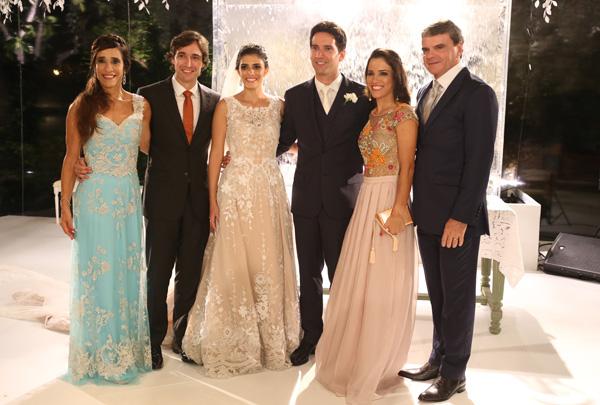 Ana Theresa e Felipe entre a família dele: os pais, Beth e Antonio José Carvalho, e os irmãos Rodrigo Teixeira de Carvalho e Carolina Brasil