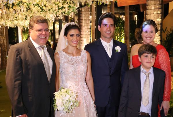 Os noivos entre o tio dela, o min. do Meio Ambiente Sarney Filho, a esposa Camila e o caçula João José